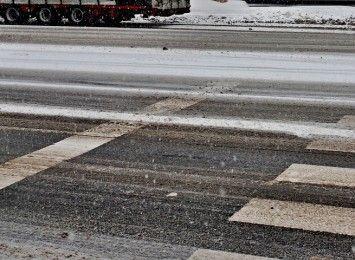 Zimowa aura w Częstochowie. Służby drogowe ciężko pracują