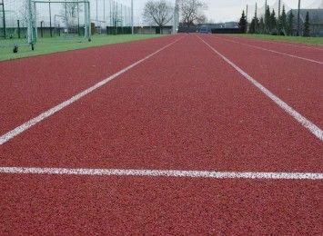 Chcesz pobiegać i poćwiczyć w wakacje? Lekkoatletyczny stadion wieczorami bezpłatny