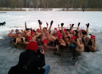 Blisko sto osób zdecydowało się na mikołajkowe morsowanie w Parku Lisiniec