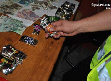 Śląscy policjanci złapali kolejnych trzech mężczyzn podejrzanych o obrót znacznymi ilościami dopalaczy
