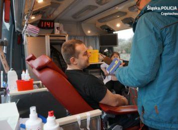 Policjanci zachęcają do oddawania krwi