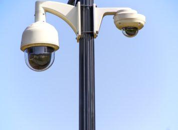 Dzięki kamerom monitoringu udało się ująć wandala, który niszczył elewacje bloku