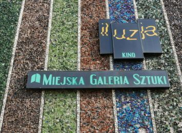 Miejska Galeria Sztuki zamknięta, ale zachęca do oglądania wystawy... przez szybkę