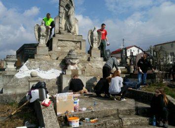 Uczniowie częstochowskiego Zespołu Szkół Technicznych odnowili polskie mogiły na Kresach