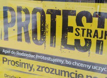 Protest nauczycieli z opóźnieniem