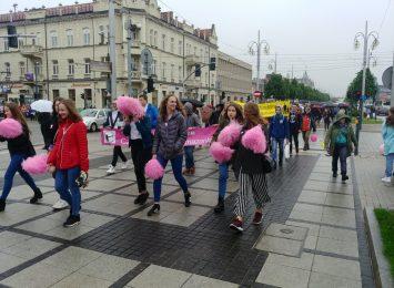 Tegoroczny Marsz Różowej Wstążki prowadził Alejami przy deszczowej pogodzie