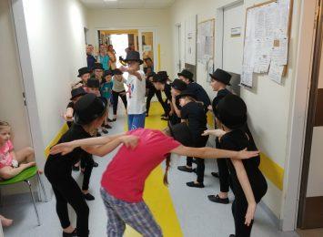 Dzieci dzieciom, czyli muzyka, zabawa i śpiew... na szpitalnym korytarzu