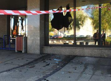 Wybite szyby w Urzędzie Miasta przy Waszyngtona. Interweniowała policja