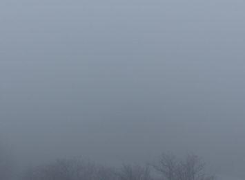 Kierowcy! Meteorolodzy ostrzegają przed gęstymi mgłami. Zjawisko będzie występować w poniedziałek wieczorem oraz we wtorek rano.