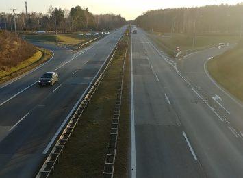 Uwaga kierowcy, utrudnienia na DK1. Na wysokości Lubojenki w kierunku Łodzi przewróciła się ciężarówka