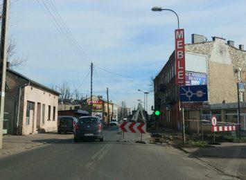 Kierowcy, utrudnienia w rejonie ronda przy ul. 1 Maja. Trwają prace drogowców