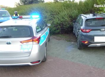Uciekał przed policją samochodem bez przedniej opony, jednocześnie był poszukiwany przez mundurowych