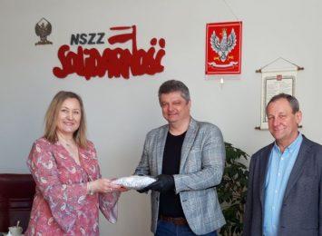 Częstochowska Solidarność przekazała strażnikom miejskim 400 sztuk maseczek ochronnych