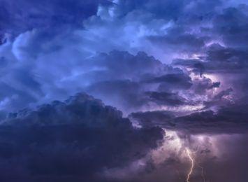 Były burzowe komplikacje w ruchu lotniczym, kolejowym oraz na drogach