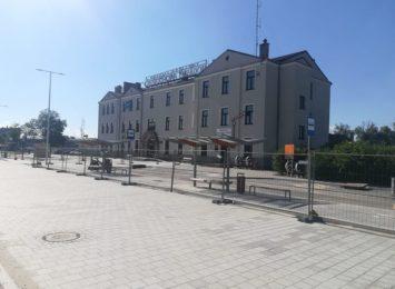 Wyłaniające się z placu budowy centrum przesiadkowe przy dworcu PKP Stradom ma niewiele wspólnego z wcześniejszą wizualizacją
