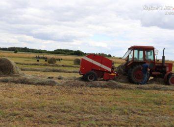 Groźny wypadek przy pracy na polu. Policja prosi o ostrożność i rozsądek