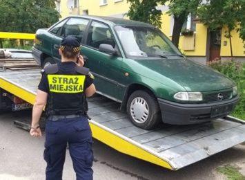 Z częstochowskich parkingów zniknęły kolejne nieużywane samochody, które blokowały miejsca dla innych pojazdów