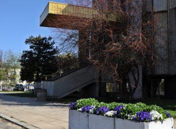 Słupy na budynku Urzędu Stanu Cywilnego idą do remontu