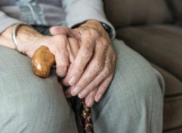 Samotni seniorzy potrzebują rozmowy