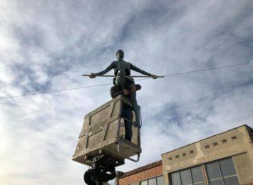 Montują kolejne rzeźby Jerzego Kędziory na Starym Rynku