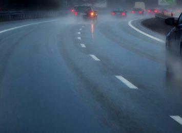 Kierowcy uważajcie na drogach, od rana nawierzchnie są śliskie!