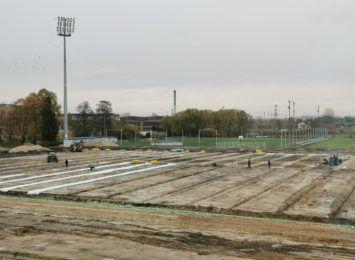 Nie ma opóźnień przy budowie na terenie stadionu Rakowa - poinformował Urząd Miasta