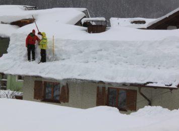 Służby przypominają o obowiązku odśnieżania dachów