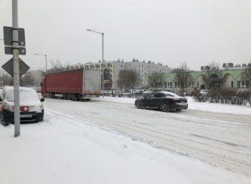 Fatalne warunki do jazdy, w pełni zimowe od rana utrudniają ruch w mieście