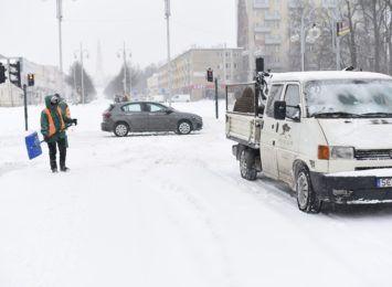 Drogowcy na bieżąco walczą ze śniegiem