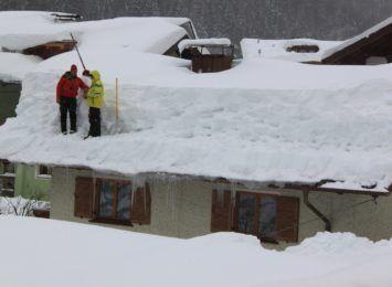 Usuwajcie śnieg z dachów, policja ostrzega