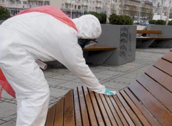 Na wiosnę dezynfekują ławki przy głównym miejskim deptaku w Al. NMP