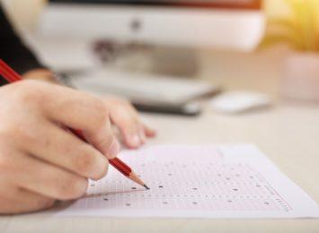 Egzaminy ósmoklasistów się kończą. Nie były trudne, ale po nauczaniu zdalnym dla wszystkich stresujące