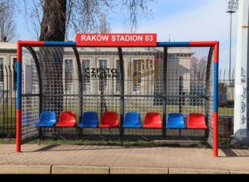Piłkarskie bramki na przystankach gotowe w sąsiedztwie siedziby Rakowa Częstochowa