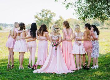 Sukienki plus size - wybór wzorów i kolorów na wiosnę! [MATERIAŁ PARTNERA]