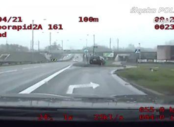 Zamiast skręcić w prawo, pojechał prosto i uderzył w znak drogowy, czyli o kolejnym pijanym kierowcy w Częstochowie
