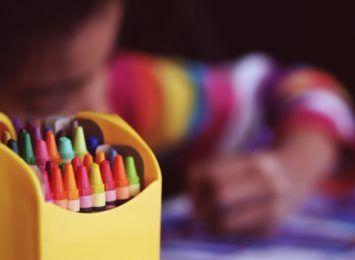 O przyjaźni i tolerancji farbami i kredkami - plastyczne zaproszenie dla przedszkolaków od MOPSu