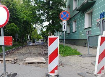 Mieszkańcy bronią zabytkowej nawierzchni uliczki w centrum Częstochowy. Czy ich głos trafi do urzędników?