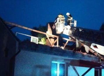 Nadal pracują strażacy - zabezpieczają głównie dachy. Ulice są przejezdne. Było blisko 200 interwencji w powiecie