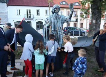 Nowa rzeźba Jerzego Kędziory została odsłonięta na Starym Rynku. Musisz ją zobaczyć