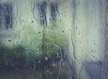 """""""Intensywnie padający deszcz zalewa nam mieszkania"""", mieszkańcy bloku z Dźbowa proszą nas o interwencję"""