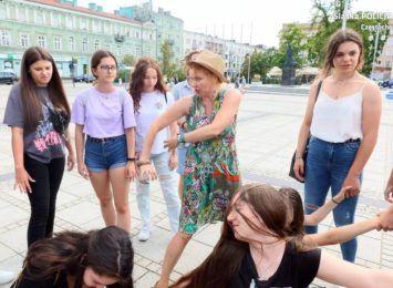 Kampania antynarkotykowa w mieście z udziałem młodzieży w teatrze