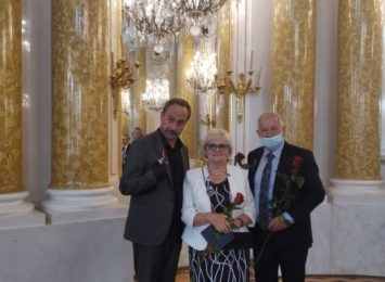 Trójka artystów-pedagogów z Plastyka z medalami Gloria Artis