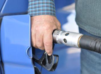Ceny poszybowały - czy stać nas jeszcze na paliwo? Kierowcy mają wybór: auto albo autobus